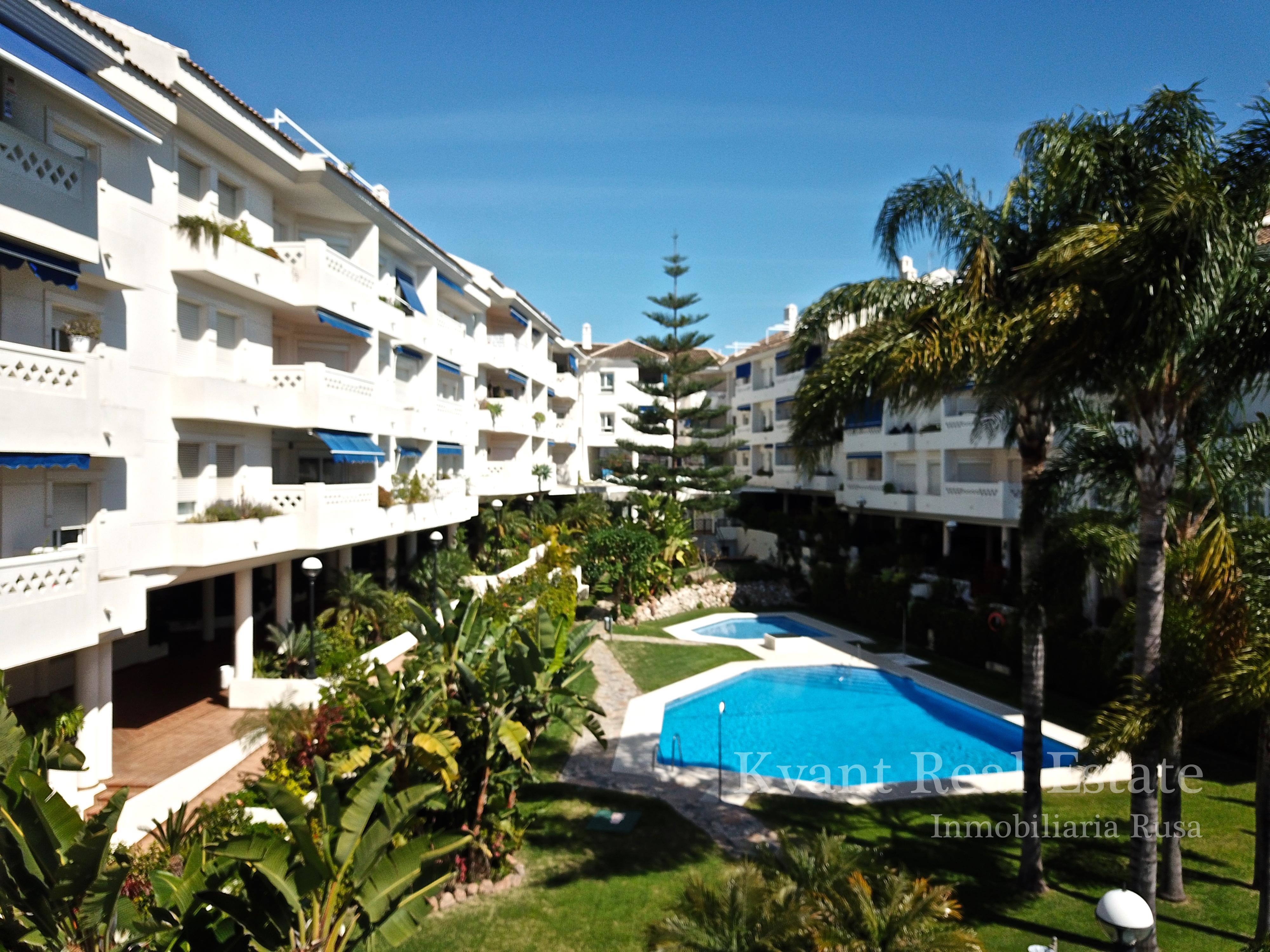 Квартира с видом на центральный бульвар в Сан Педро Алькантара